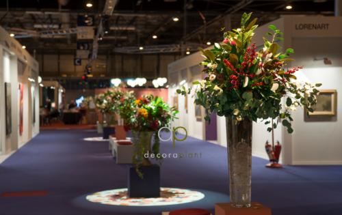 Composición floral con acebo y eucalipto